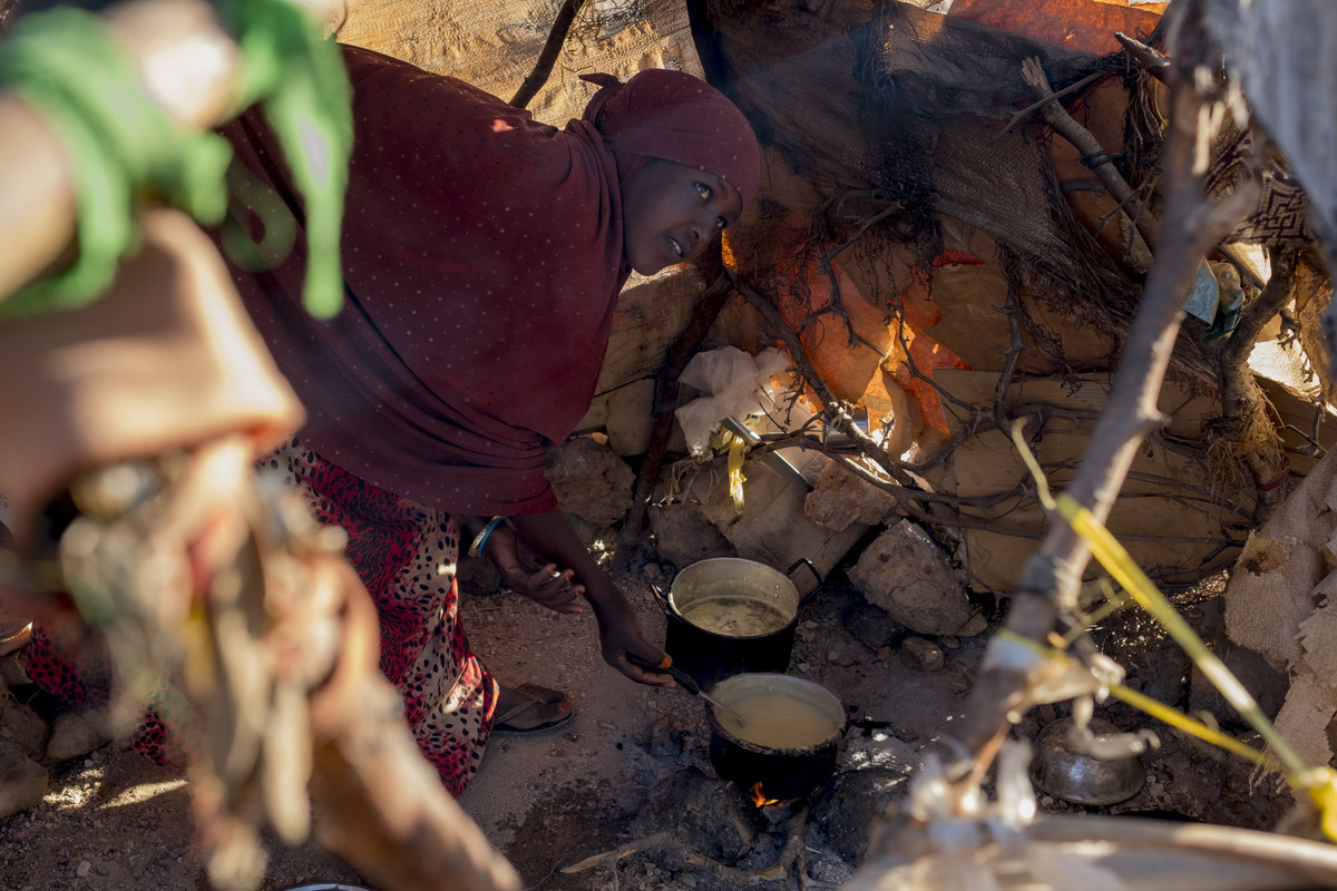 a mom in Somalia cooks her last meal for her children